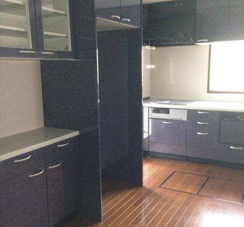 キッチンと食器棚のデザインを合わせて